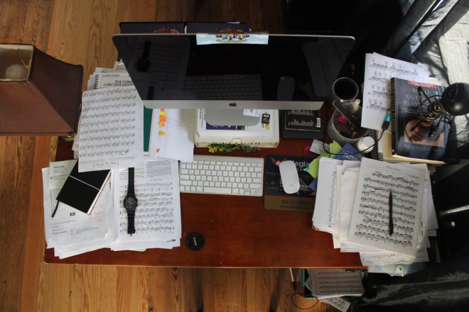 9-things-on-your-work-desk-that-are-making-you-look-unprofessional (5)
